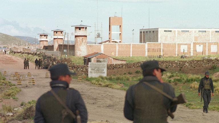 Fängelse i Peru. Poliser patrullerar.