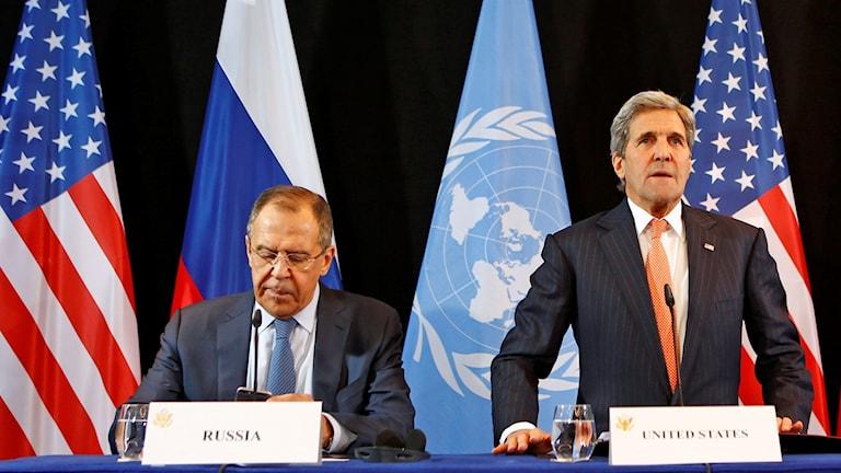 Rysslands utrikesminister Sergej Lavrov och och hans amerikanske kollega John Kerry under presskonferensen i München. Foto: Matthias Schrader/TT