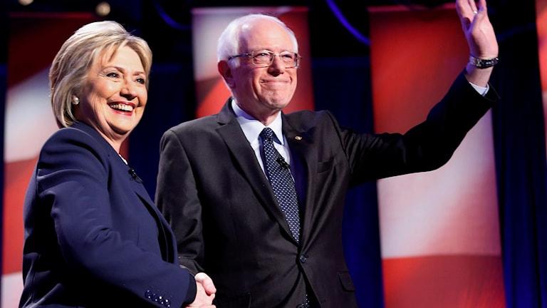 Hilary Clinton och Bernie Sanders skakar hand
