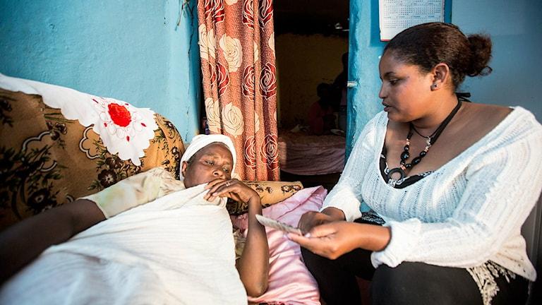 Globala fonden stöder sjuksköterskan Eden som hjälper tbc-patienten Desta i Addis Abeba. Foto: John Rae/The Global Fund
