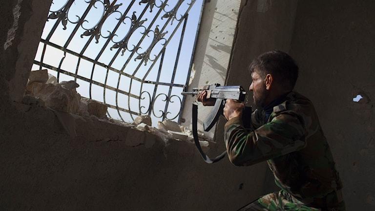 En syrisk rebell i närheten av flygbasen Menagh i Aleppoprovinsen. Arkivbild.