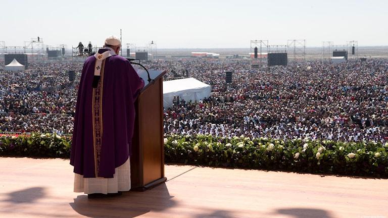 Påven Franciskus håller mässa inför hundratusentals mexikaner i Mexico City.