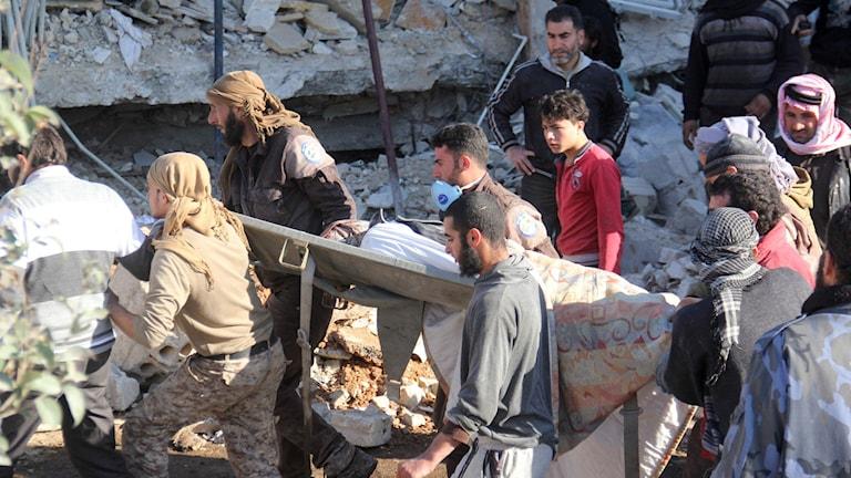 Människor vid ett av sjukhusen som attackerats. Foto: Omar haj kadour/TT.