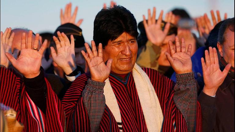 Evo Morales håller upp sina händer.