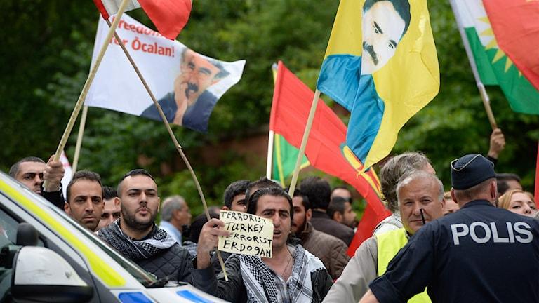 Kurder demonstrerar utanför Turkiets ambassad i Stockholm i slutet av juli 2015.