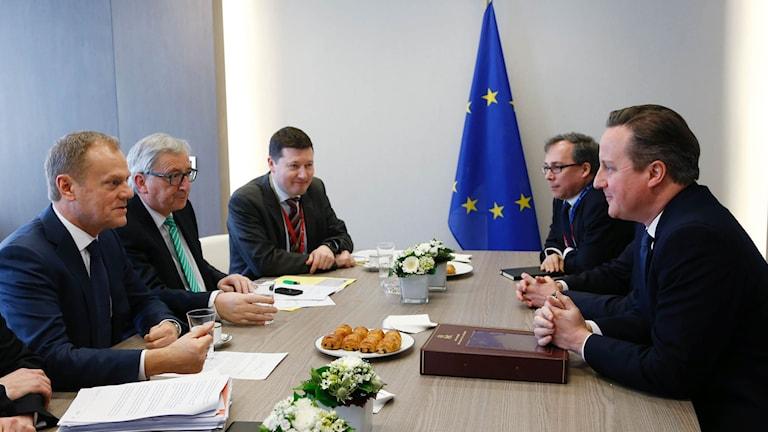 Brittiska premiärministern David Cameron på en enskilt möte med EU:s ordförande Tusk och kommissionsordförande Juncker under fredagen.