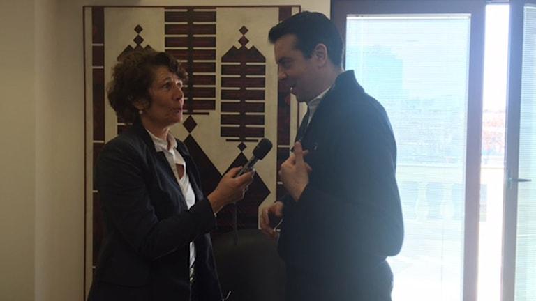 Reporter Alice Petrén räcker fram mikrofonen mot Nikola Poposki. Foto: Ministerns pressekreterare.