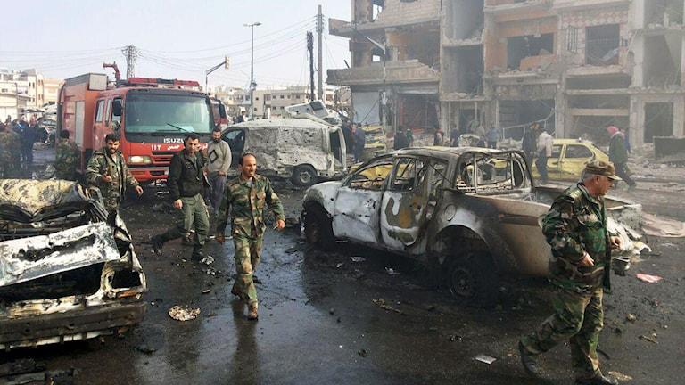 Två bilbomber exploderade i Homs på söndagen. Minst 57 dödades i Homs och 140 i hela Syrien i olika attentat.