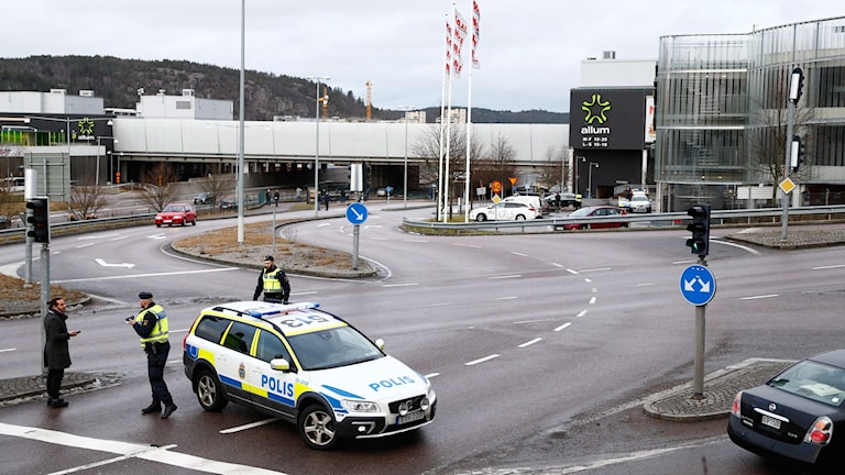 Köpcentret Allum i Partille utanför Göteborg har utrymts efter ett bombhot.