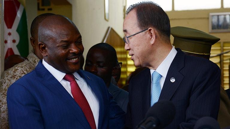 Burundian President Pierre Nkurunziza (L) shake hands with UN Secretary General Ban Ki Moon