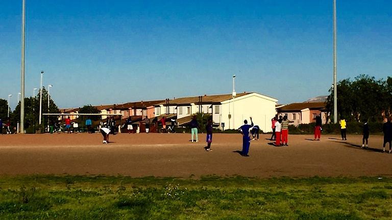 Fotboll på asylmottagningen Cara di Mineo, Sicilien.