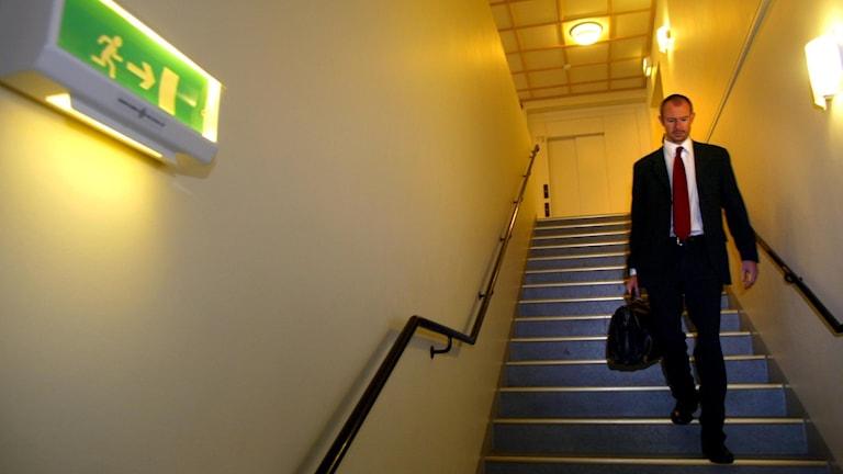 Försvarsadvokat Johan Åkermark i trappa.