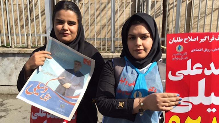 Två unga iranska valarbetare.