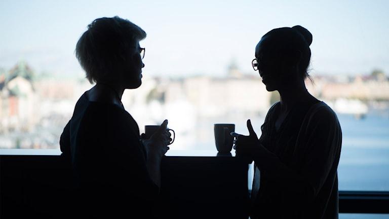 Två kvinnor på arbetsplats.