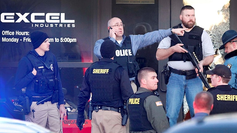 Poliser vaktar en ingången till en fabrik där en anställd dödat flera personer.