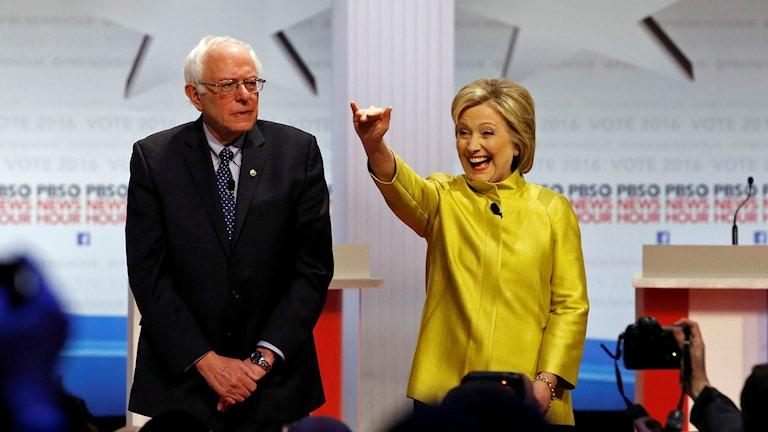 Bernie Sanders och Hillary Clinton vid debatt i Wisconsin. Foto: Morry Gash/TT.
