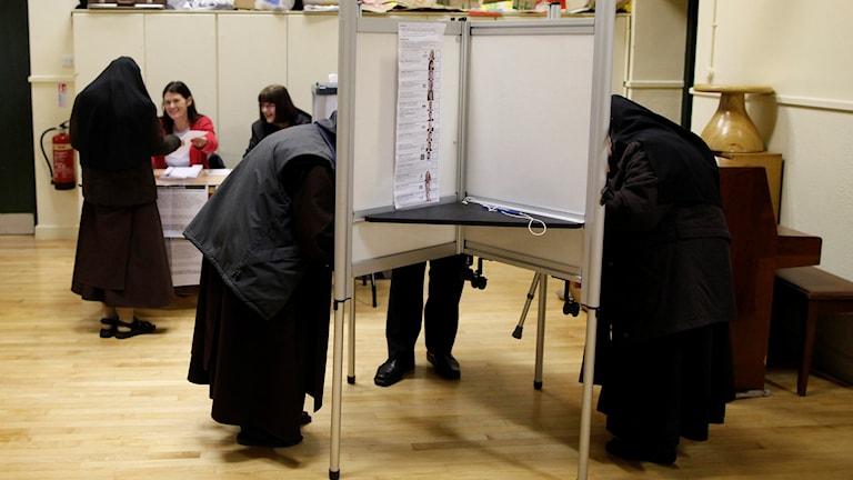 Carmelite-systrar i norra Dublin förbereder här sina röster i dagens parlamentsval.