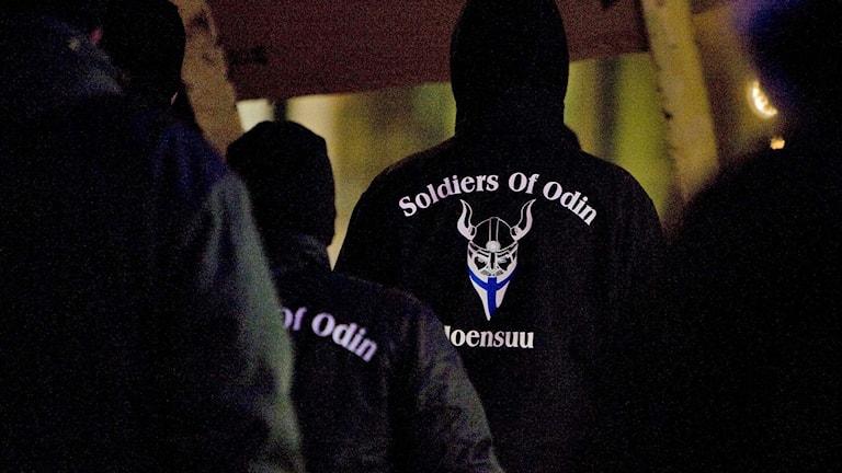"""Personer som bär hoodjackor som det står """"Soldiers of Odin"""" på."""