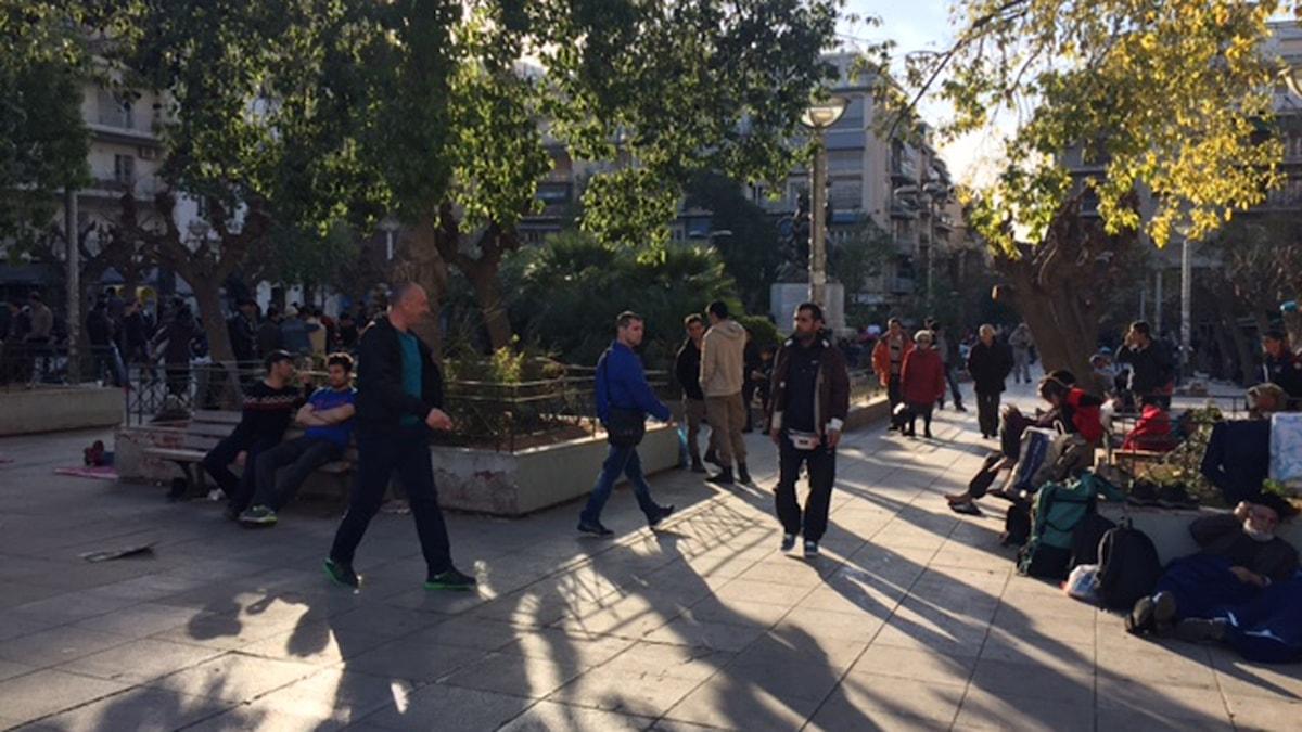 Viktoriaplatsen i Aten är en av många platser där det samlas migranter som har fastnat.