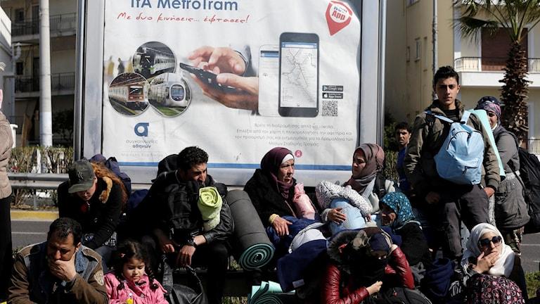 Trötta flyktingar väntar på besked i Aten, Grekland Foto: Thanassis Stavrakis/ TT