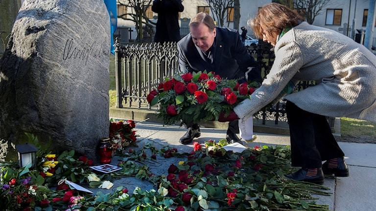 Socialdemokraternas partiledare och statsminister Stefan Löfven lade tillsammans med partiets partisekreterare Karin Jämtin ner en krans vid förre statsminister Olof Palmes gravFoto: Jonas Ekströmer/TT