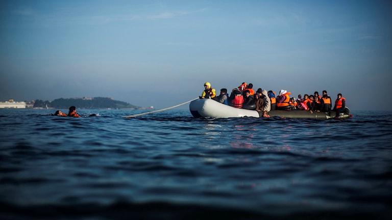 En gummi båt med många människor i.