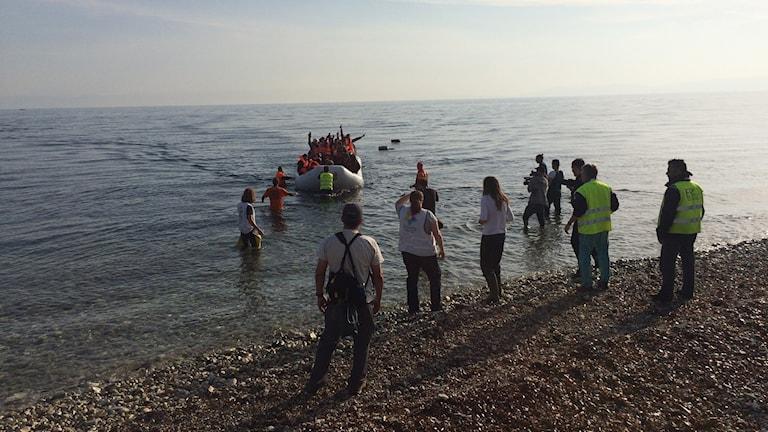 En båt anländer till en strand på Lesbos.