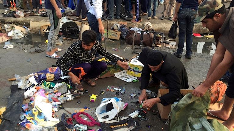 Inte första gången: Gatuförsäljare plockar upp sina tillhörigheter efter dödliga bombdåd mot en marknad i Sadr City i februari 2016..