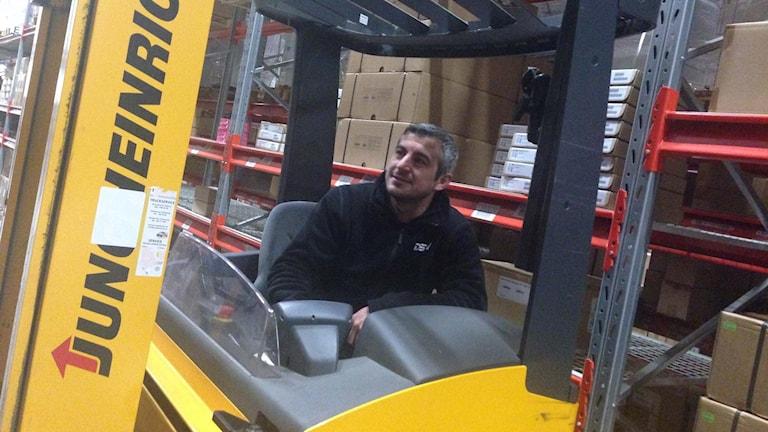 Man i truck på lager.