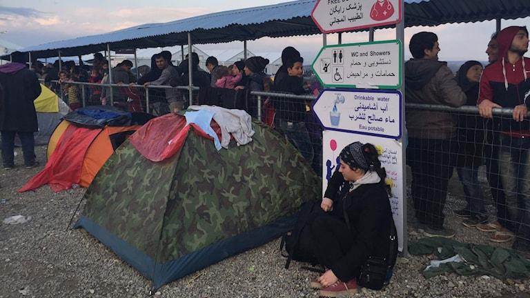 Flyktingar står i kö till matutdelning.