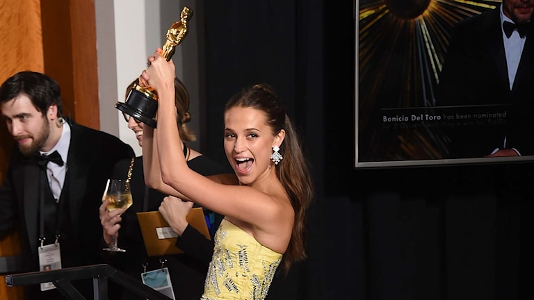Alicia Vikander håller i Oscarsstatyett.