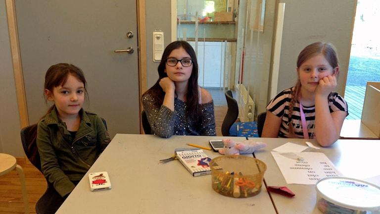 Angelica Rönnqvist Heikkilä (längst till höger) får bara modersmålsundervisning 30 minuter i veckan.