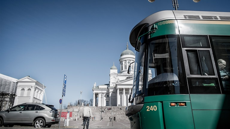 Spårvagn framför domkyrkan i Helsingfors.