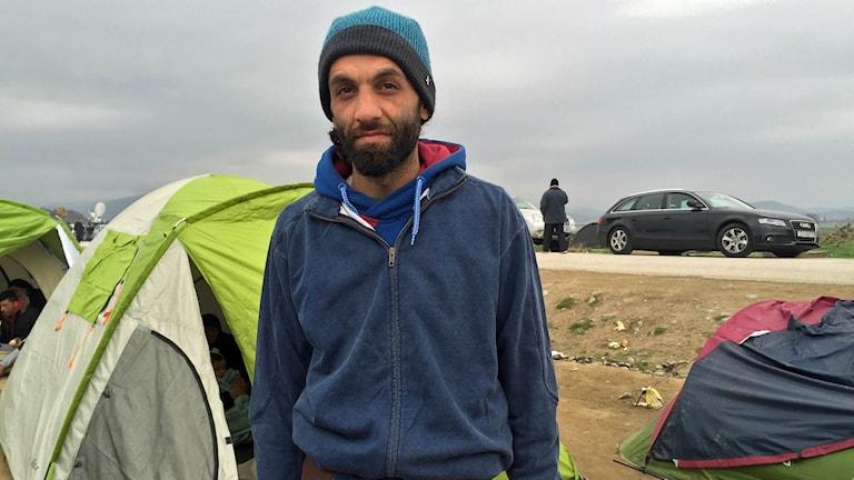 Josef från Aleppo i Syrien har väntat i flera dagar vid gränsen mellan Grekland och Makedonien.