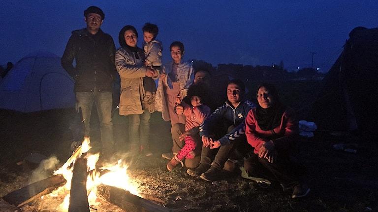 En familj från Syrien värmer sig kring brasan vid gränsen mellan Grekland och Makedonien. Foto: Johanna Melén/Sveriges Radio.