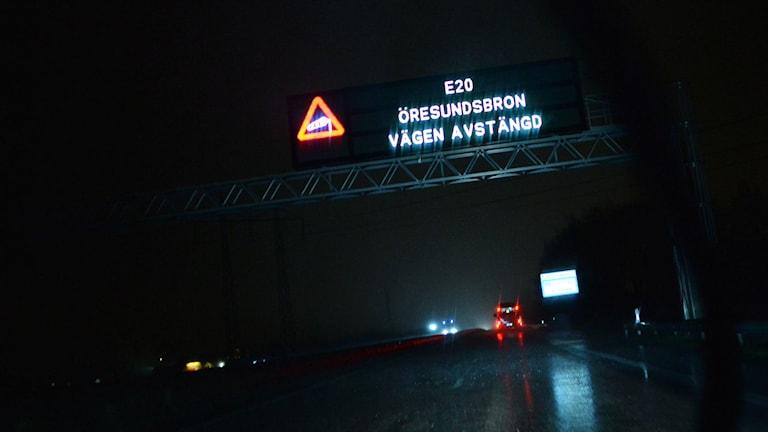 Bilden visar en informationsskylt över den mörklagda vägbanan på Öresundsbron som meddelar att bron är stängd. Foto: Johan Nilsson/TT.