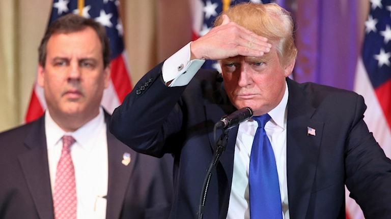 Donald Trump till höger och Chris Christie i bakgrunden till vänster.