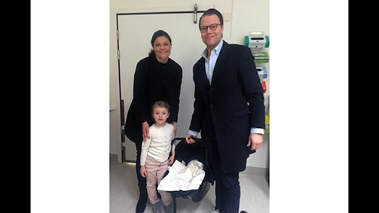 Prinsessan Estelle har på morgonen besökt Karolinska sjukhuset och träffat sin lillebror.