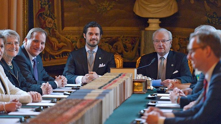 Statsminister Stefan Löfven, Prins Carl Philip och Kungen. Foto: Janerik Henriksson/TT.