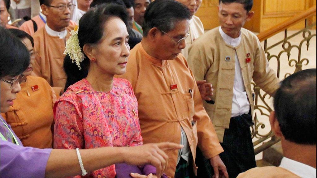 Suu Kyi omgiven av människor.
