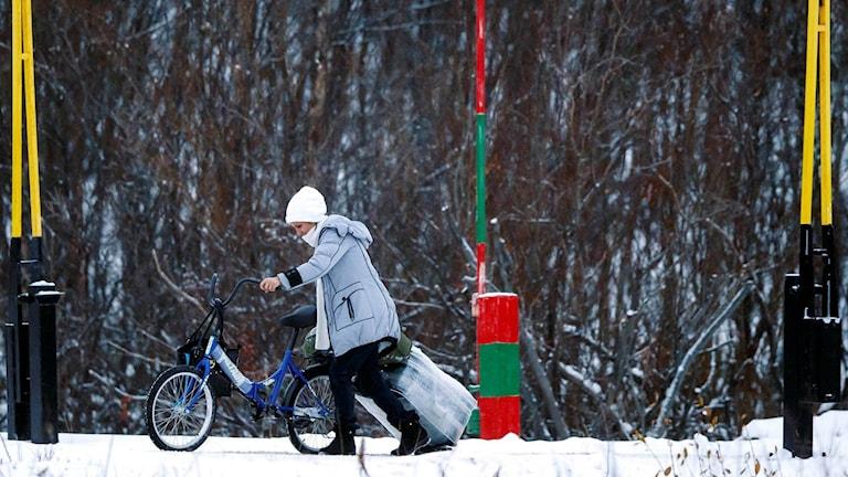 En asylsökande kvinna korsar gränsen till fots.