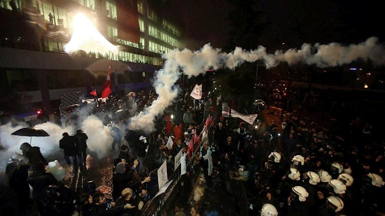 Människor som demonstrerar utanför byggnad.