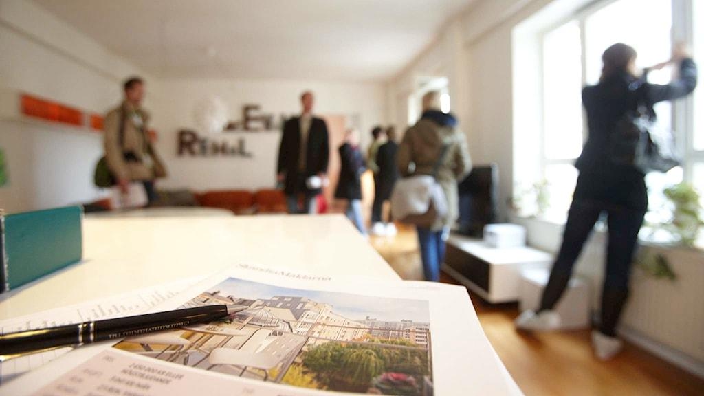 Visning av en lägenhet.