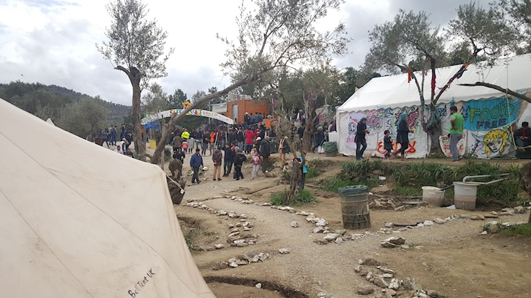 """Inifrån lägret """"Better days"""" på Lesbos. Flyktingarna köar för att få lunch."""