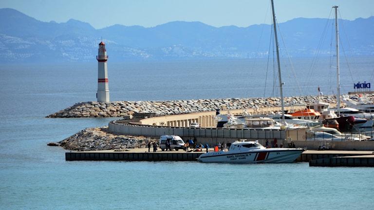 Havet, en fyr, grekisk kustbevakningsbåt.