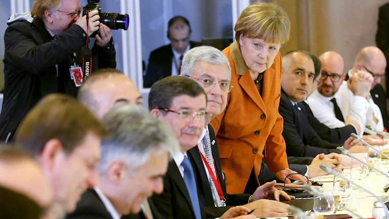 En rad politiker sitter vid ett bord.
