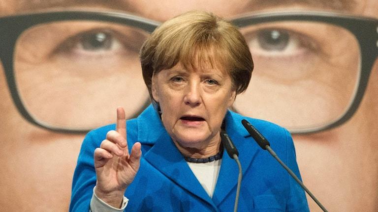 Angela Merkel klädd i blått.