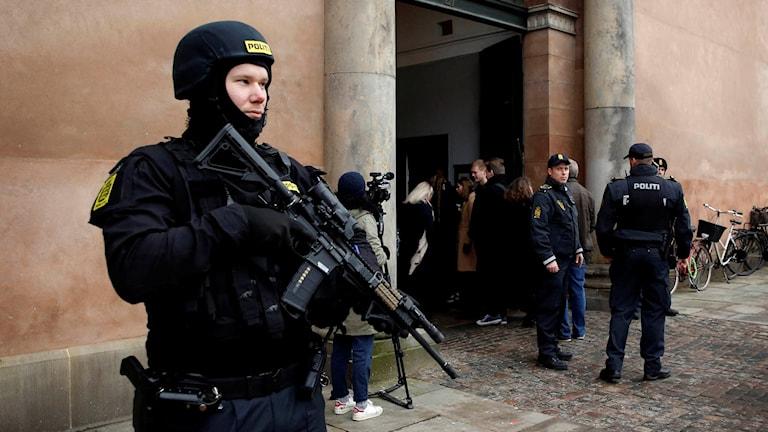 Polis med förstärkningsvapen utanför Köpenhamns byrett när terrorrättegången inleds.