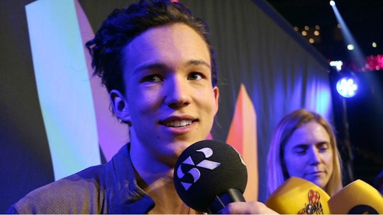 Frans intervjuas efter segern i Melodifestivalen.