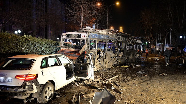 Förstörda fordon efter en explosion i Ankara.
